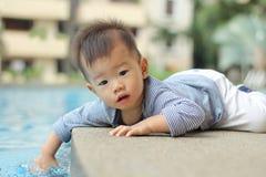 Bambino asiatico dal raggruppamento Fotografia Stock