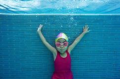 Bambino asiatico felice che nuota underwater di estate fotografia stock