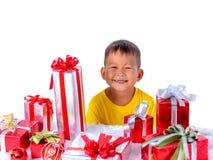 Bambino asiatico felice che tiene i regali di Natale Natale o tempo newyear felice fotografie stock