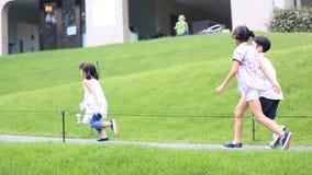 Bambino asiatico felice che va in giro nel modo della passeggiata al parco ed alla risata stock footage