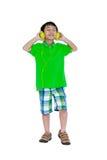 Bambino asiatico felice con le cuffie, isolate su fondo bianco Fotografie Stock
