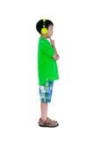 Bambino asiatico felice con le cuffie, isolate su fondo bianco Immagini Stock Libere da Diritti
