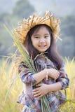 Bambino asiatico felice nel giacimento del riso Immagini Stock Libere da Diritti