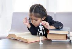 Bambino asiatico imparare modello di scheletro con stampa 3d fotografie stock libere da diritti