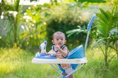 Bambino asiatico nel camminatore del bambino Fotografie Stock