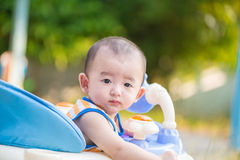 Bambino asiatico nel camminatore del bambino Fotografie Stock Libere da Diritti