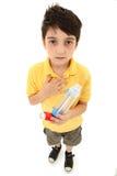 Bambino asmatico con l'alloggiamento del distanziatore e dell'inalatore fotografie stock