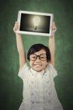 Bambino attraente con la lampadina sulla compressa Immagine Stock Libera da Diritti