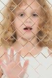 Bambino autistico vago dietro la lastra di vetro di vetro Immagini Stock