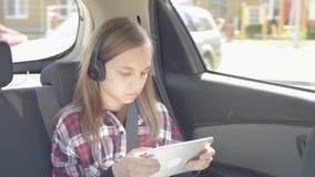 Bambino in automobile con la compressa stock footage