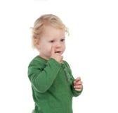 Bambino biondo adorabile che indica il suo occhio Immagine Stock Libera da Diritti