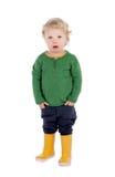 Bambino biondo adorabile con i gumboots gialli Fotografie Stock