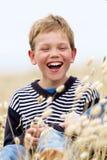 Bambino biondo che ride in natura Fotografie Stock Libere da Diritti