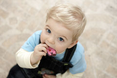 Bambino biondo con il giocattolo Immagini Stock Libere da Diritti