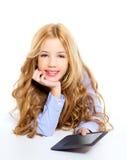 Bambino biondo dell'allievo con il pc del ridurre in pani del ebook Fotografia Stock