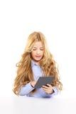 Bambino biondo dell'allievo con il ritratto del pc del ridurre in pani del ebook Immagini Stock Libere da Diritti