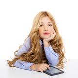 Bambino biondo dell'allievo con il ritratto del pc del ridurre in pani del ebook Fotografia Stock Libera da Diritti
