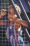 Bambino brasiliano dietro la rete del ferro fotografia stock libera da diritti