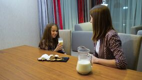 Bambino in buona salute della mamma del latte della latteria di abitudini alimentari della famiglia video d archivio