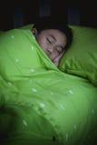 Bambino in buona salute Piccolo ragazzo asiatico che dorme pacificamente sul letto Immagini Stock Libere da Diritti