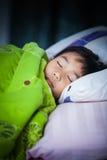 Bambino in buona salute Piccolo ragazzo asiatico che dorme pacificamente sul letto Fotografia Stock