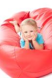 Bambino in camicia blu sulla presidenza rossa dello sgabello immagine stock