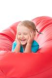 Bambino in camicia blu sulla presidenza rossa dello sgabello Fotografie Stock