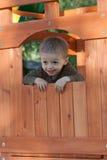 Bambino in capanna sugli'alberi fotografia stock libera da diritti