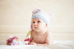Bambino in cappello del crochet immagini stock