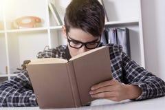 Bambino a casa con il libro, studenti Fotografie Stock Libere da Diritti