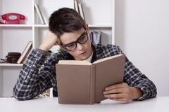 Bambino a casa con il libro, studenti Immagine Stock Libera da Diritti
