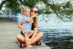 Bambino caucasico bianco felice della figlia e della madre divertendosi fuori Fotografia Stock