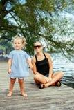 Bambino caucasico bianco felice della figlia e della madre divertendosi fuori Fotografia Stock Libera da Diritti
