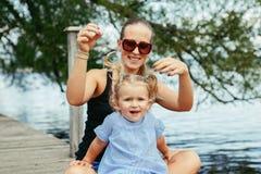 Bambino caucasico bianco felice della figlia e della madre divertendosi fuori Fotografie Stock Libere da Diritti