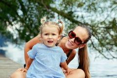 Bambino caucasico bianco felice della figlia e della madre divertendosi fuori Immagine Stock