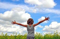 Bambino che abbraccia il cielo Fotografie Stock Libere da Diritti