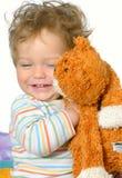 Bambino che abbraccia il gatto dello zenzero, isolaed Fotografia Stock
