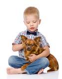 Bambino che abbraccia un cane Isolato su priorità bassa bianca fotografia stock