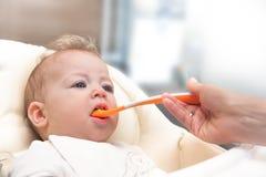 bambino che alimenta la sua madre Fotografia Stock Libera da Diritti