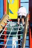 Bambino che arrampica una corda Fotografia Stock