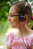 Bambino che ascolta la musica Fotografie Stock