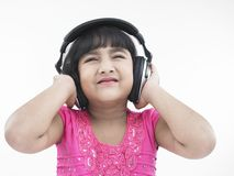Bambino che ascolta la musica immagini stock