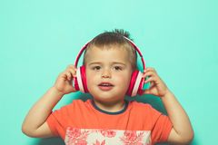 Bambino che ascolta la musica con le cuffie immagine stock libera da diritti