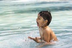 Bambino che bagna nella piscina Immagini Stock