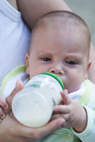 Bambino che beve dalla bottiglia Fotografia Stock