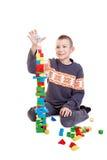 Bambino che bilding un'alta torretta Immagini Stock Libere da Diritti