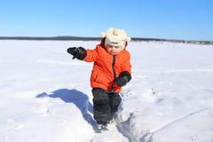 Bambino che cammina all'aperto nell'inverno Fotografie Stock