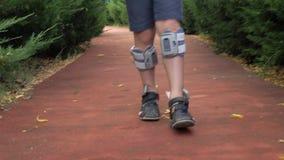Bambino che cammina con il sistema del piede cadente video d archivio