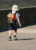 Bambino che cammina da solo Fotografie Stock