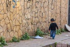Bambino che cammina da solo sul marciapiede Immagine Stock